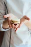 Zakończenie up żeńska ciasto szefa kuchni ręka gotuje wyśmienicie macaroon Zdjęcia Royalty Free