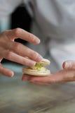 Zakończenie up żeńska ciasto szefa kuchni ręka gotuje wyśmienicie macaroon Zdjęcie Royalty Free