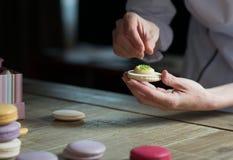 Zakończenie up żeńska ciasto szefa kuchni ręka gotuje wyśmienicie macaroon Obrazy Royalty Free