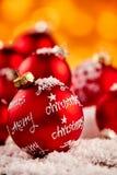 Zakończenie up błyszczący czerwony wakacyjny ornament w śniegu Obrazy Stock