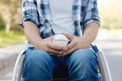 Zakończenie up baseball piłka jest w męskich rękach Obrazy Royalty Free