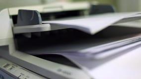 Zakończenie up biuro papieru przeszukiwacz w usługa zbiory wideo