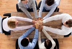 Zakończenie up biznes drużyna z rękami na wierzchołku zdjęcia stock