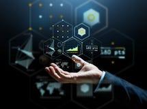 Zakończenie up biznesmen ręka z wirtualnymi mapami Zdjęcia Stock