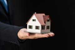Zakończenie up biznesmen ręki mienia domu model Zdjęcia Royalty Free