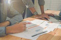 Zakończenie up biznesowego mężczyzna ręka wskazuje przy biznesowym dokumentem na f obraz royalty free