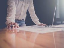 zakończenie up biznesowego mężczyzna ręki mienia pióro dla pracować na laptopie obrazy royalty free