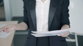 Zakończenie up bizneswoman sprawdza papier raportową pozycję w biurze zbiory