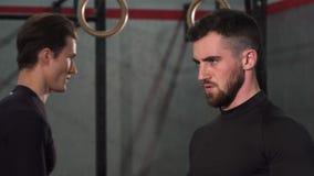 Zakończenie up brodaty przystojny bodybuilder pompuje żelazo przy gym zbiory