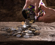 Zakończenie up caucasian starego człowieka stos stare monety i ręki Zdjęcie Royalty Free