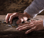 Zakończenie up caucasian starego człowieka stos stare monety i ręki Obraz Royalty Free