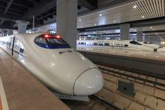 Zakończenie up Chiński szybki pociąg wśrodku niedawno rozpieczętowanego wysokiego prędkość dworca w Kunming Nowy szybki dworzec ł Zdjęcie Stock