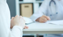 Zakończenie up cierpliwe ` s ręki i lekarka bierze notatki Intymny opieki zdrowotnej łatwości przyjęcie, wstęp skargi Zdjęcia Royalty Free