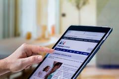 Zakończenie up cropped caucasian ręka używać iPad robić dziecka badaniu zdjęcia stock