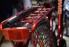 Zakończenie up czerwony rowerowy tylni stojak i pompa zdjęcie royalty free