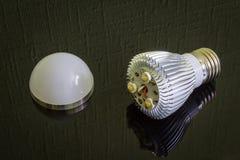 Zakończenie up demontująca Dowodzona lampa na czarnej odbija powierzchni horyzontalny Obrazy Royalty Free