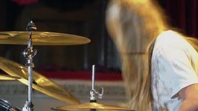 Zakończenie up dobosz ręka bawić się bębenu talerza na rockowym koncercie zbiory wideo