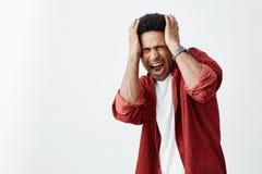 Zakończenie up dojrzały nieszczęśliwy skinned afrykański mężczyzna z kędzierzawą fryzurą w białej przypadkowej koszula i czerwien zdjęcia stock