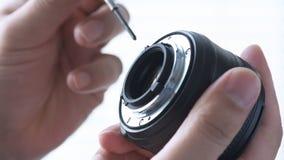 Zakończenie up fotograf ręki naprawa jego obiektyw zdjęcie wideo