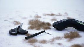 Zakończenie up fryzjerów męskich narzędzia i mnóstwo rżnięty włosy od ciała na białym tle, narzędzia dla depilaci, włosiany usuni zbiory wideo