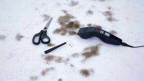 Zakończenie up fryzjerów męskich narzędzia i mnóstwo rżnięty włosy od ciała na białym tle, narzędzia dla depilaci, włosiany usuni zbiory