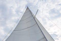 Zakończenie up jachtu żagiel na nieba tle Zdjęcie Royalty Free