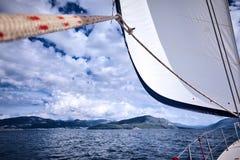 Zakończenie up jachtu żagiel na nieba tle i maszt Żeglowanie łodzi część Obraz Royalty Free