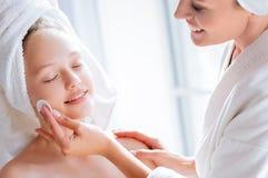 Zakończenie up kobiet ręki bierze opiekę młoda skóra który Zdjęcia Stock
