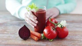 Zakończenie up kobiet ręki z sokiem i warzywami zdjęcie wideo