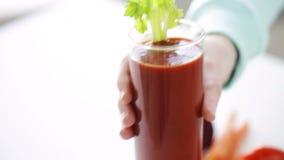 Zakończenie up kobiet ręki z sokiem i warzywami zbiory