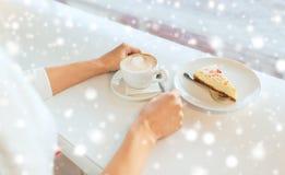 Zakończenie up kobiet ręki z tortem i kawą Fotografia Royalty Free