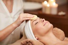 Zakończenie up kobieta ma twarzy cleaning w zdroju Zdjęcia Royalty Free