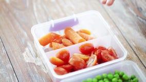 Zakończenie up kobiety otwarcia pudełko z warzywami zbiory