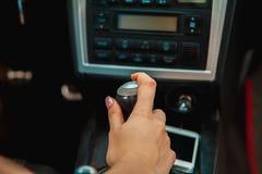 Zakończenie up kobiety ręka na przekładni zdjęcie stock