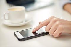 Zakończenie up kobiety ręka z smartphone i kawą fotografia stock