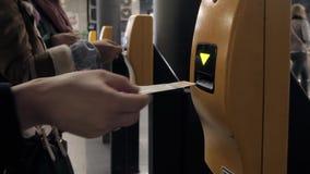 Zakończenie Up kobiety ` s ręka Uderza pięścią bilet W maszynie Wchodzić do Przy stacją metru zbiory wideo