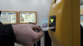 Zakończenie Up kobiety ` s ręka Uderza pięścią bilet W maszynie Wchodzić do Przy stacją metru zdjęcie wideo