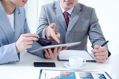 Zakończenie up ludzie biznesu ręki z kryształem Displa Zdjęcie Stock