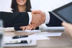 Zakończenie up ludzie biznesu trząść ręki przy spotkaniem lub negocjacją w biurze Partnery satysfakcjonują ponieważ Obraz Royalty Free
