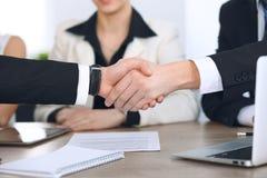 Zakończenie up ludzie biznesu trząść ręki przy spotkaniem lub negocjacją w biurze Partnery satysfakcjonują ponieważ Fotografia Royalty Free