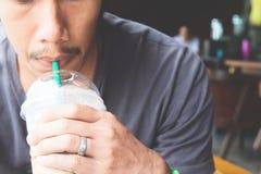 Zakończenie up mężczyzna ręka trzyma filiżankę lukrowa kawa Fotografia Royalty Free