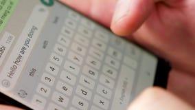 Zakończenie up mężczyzna wręcza pisać na maszynie tekst na smartphone ekranie zbiory wideo