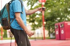 Zakończenie up mężczyzna wręcza robić sztuczkom z kendama w ulicie na letnim dniu zdjęcie stock