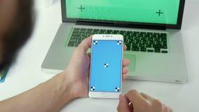 Zakończenie up mężczyzna wręcza trzymać mądrze telefon z zieleń ekranem Chroma klucz Zakończenie w górę samiec wręcza scrolling o zbiory