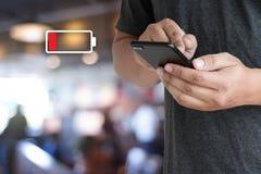 Zakończenie up mężczyzna wręcza używać mądrze telefon bateryjna depresja ładować bateria fotografia royalty free