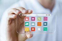Zakończenie up męska ręka pokazuje smartphone menu Zdjęcia Royalty Free