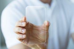 Zakończenie up męska ręka z przejrzystym smartphone zdjęcie royalty free