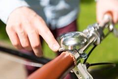 Zakończenie up męski ręki dzwonienia dzwon na roweru kole Obrazy Royalty Free