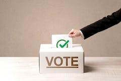 Zakończenie up męski ręki kładzenia głosowanie w tajnego głosowania pudełko obraz royalty free