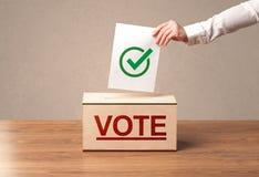 Zakończenie up męski ręki kładzenia głosowanie w tajnego głosowania pudełko zdjęcia royalty free